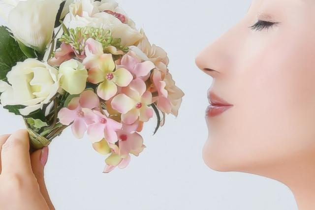 花のにおいをかぐ女性.jpg