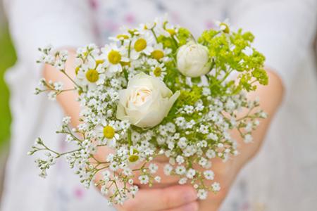 少女が持つ花束