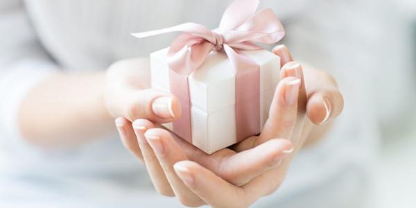 プレゼントを持つ手.jpg