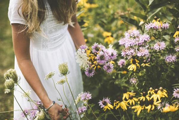 花畑と少女.jpg