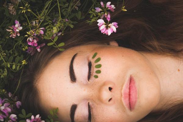 ピンクの花と眠っている女性