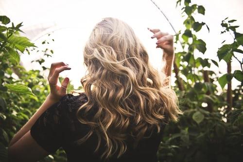 ブロンドの長い髪の女性